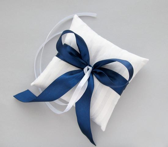 Подушка с синей лентой, White pillow