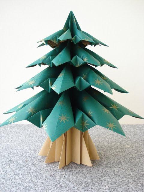 decoracao de arvore de natal em papel:aqui está a minha árvore de natal cinco quadrados de papel muitas