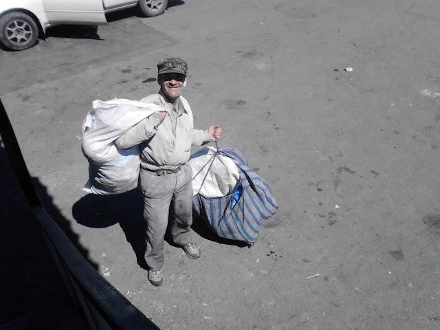 Бомж с сумками