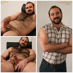 Quarentão barbudo peludo