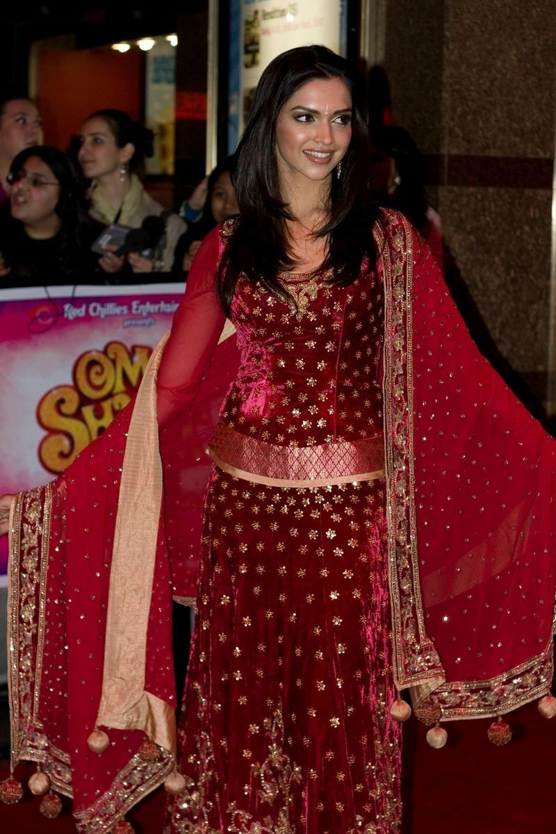 Deepika Padukone Dresses Of Om Shanti Om