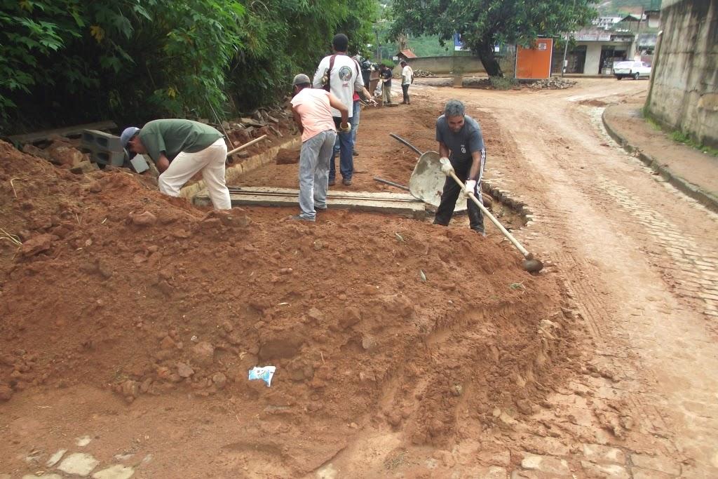 Construção de canaletas que servirão de dreno no período das chuvas, na Granja Florestal