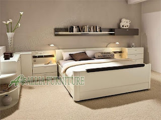 Tempat tidur minimalis modern dengan meja rak