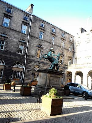 Estatua caballo con orejas de cerdo, Edimburgo, ayuntamiento