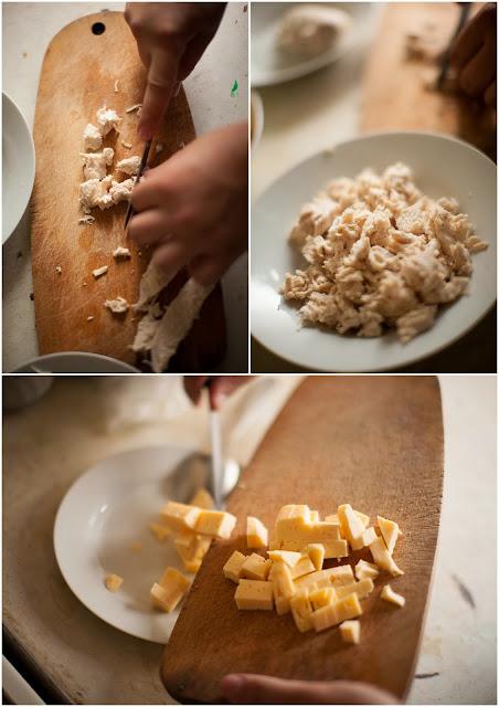 Режем кубиками куриную грудинку и сыр
