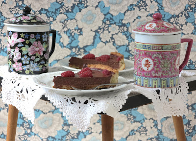 vegan pie, vintage, blue wallpaper with flowers, granny chic, teatime, organic and fairtrade ingredients, Haafner, Chinese teamugs, crochet doily