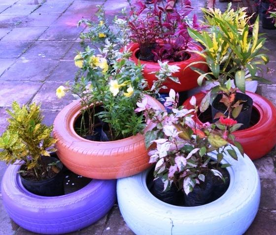 horta e jardim em pneus : horta e jardim em pneus:JARDIM DE PNEUS VELHOS, COMO FAZER, COLORIDOS E SOBREPOSTOS – PASSO A
