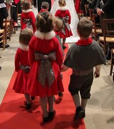 tenues d'enfants d'honneur rouges en fourrure et grises