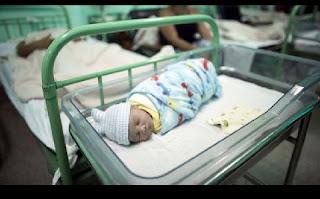 Cuba providencia cuidados básicos de saúde a todos os seus cidadãos de forma gratuita. A Organização Mundial da Saúde (OMS) confirmou nesta terça-feira que Cuba foi o primeiro país a eliminar a transmissão de mãe para filho do vírus da imunodeficiência humana (VIH) e da bactéria Treponema pallidum causadora da sífilis, durante a gravidez, parto e aleitamento.