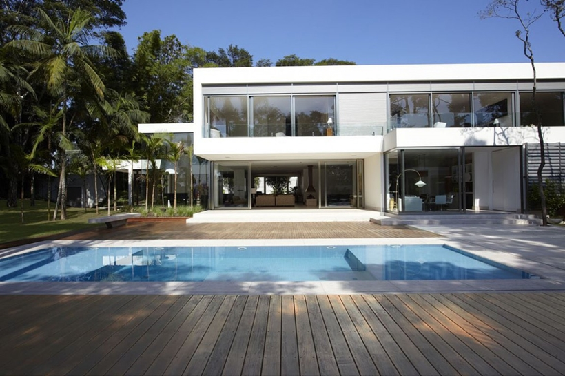 Swimming pool in The Morumbi Residence by Drucker Arquitetura