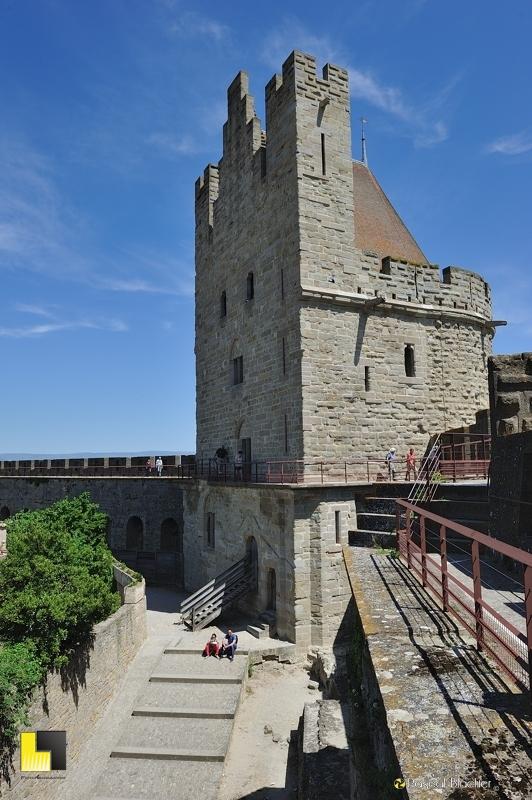 Pause au pied de la tour au tréseau à Carcassonne pascal blachier
