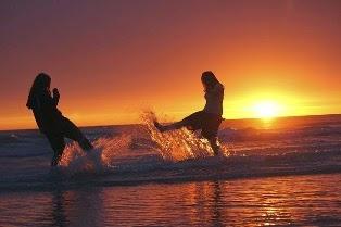 giochi in acqua tra ragazze