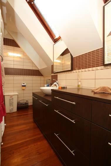 Idee bagno sottotetto sottotetto una casa con travi a for Arredare mansarda idee