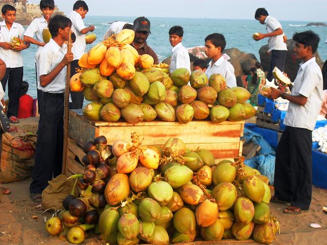 продажа кокосов на улице в Индии