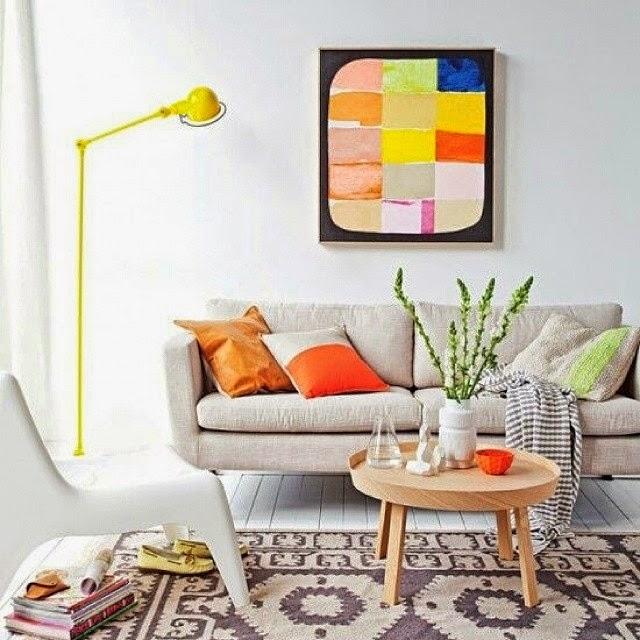 almofadas e luminárias de piso coloridas na decoração - Etxekodeco