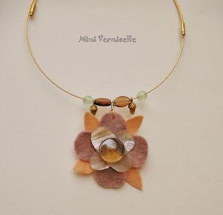 collier fleur et douceur de nacre rose sur ras de cou rigide rose avec feutrine rose et parme pétale nacre coquillage bille de verre par severine peugniez