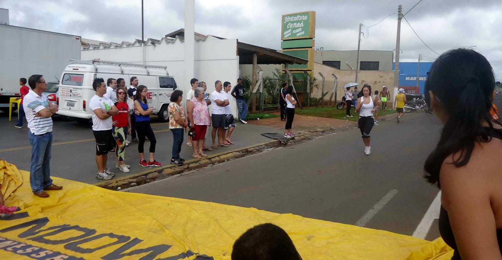 Foto 140 da 1ª Corrida Av. dos Coqueiros em Barretos-SP 14/04/2013 – Atletas cruzando a linha de chegada