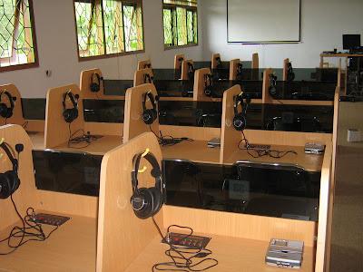Meja Siswa Warna Coklat - laboratorium bahasa multimedia