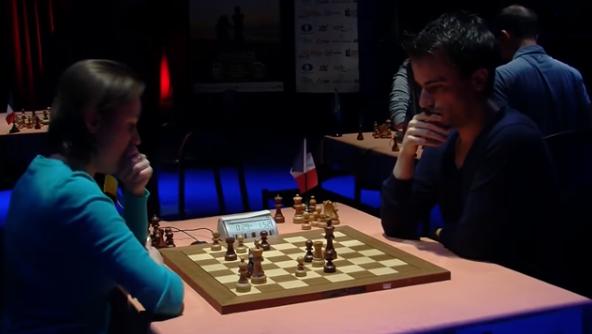 Mariya Muzychuk a trop tardé à jouer et s'est retrouvée en grand zeitnot face au Français Romain Edouard qui encaisse son deuxième point face à la la championne du monde d'échecs - Photo © Capechecs