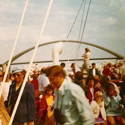 Menschen auf einem Ausflugsschiff, Kleidung und Farben der 1970-er Jahre