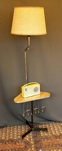 Vintage kitsch siglo xx lampara de pie con mesa y revistero a os 50 60 - Lamparas de pie con mesa ...