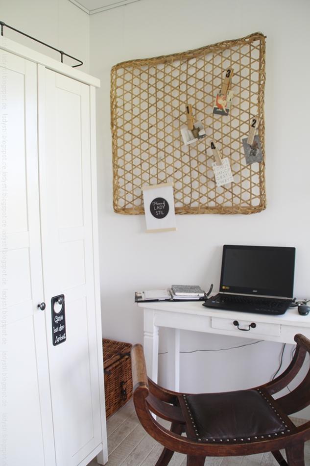 Überblick Office in weiß schwarz mit Holz und Moodboard