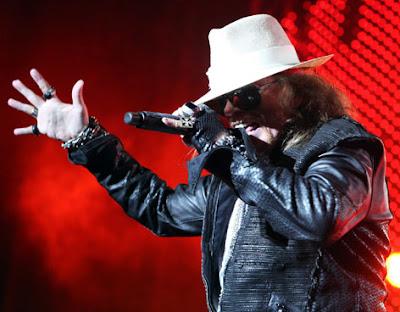 Axl Rose se tropieza y cae de cara en pleno concierto 2011_10_20_0644_1319147088_original