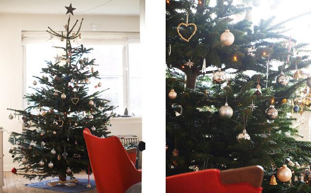 Juletræ med nyt og gammelt pynt