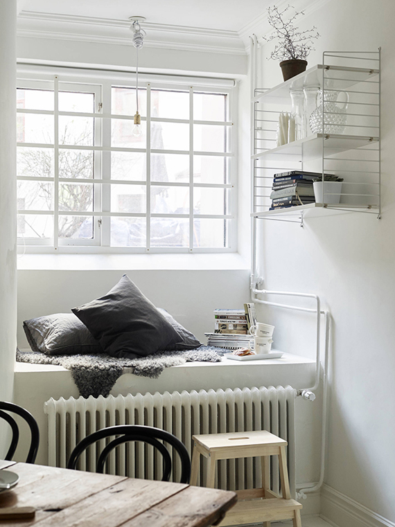 Cozy window seating nook | Stadshem