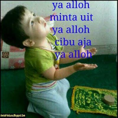 foto lucu Bayi Sedang Berdoa Minta Uang