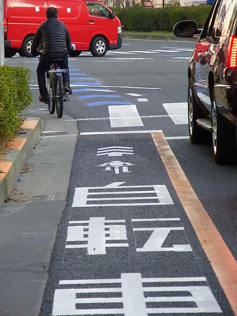 自転車の 自転車 車道 左折 信号 : 停止線を越えて交差点内の角で ...