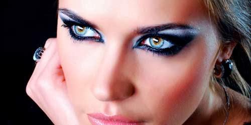 maquillar ojos en negro