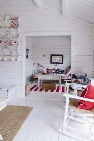 casa de verano decorada en blanco y rojo