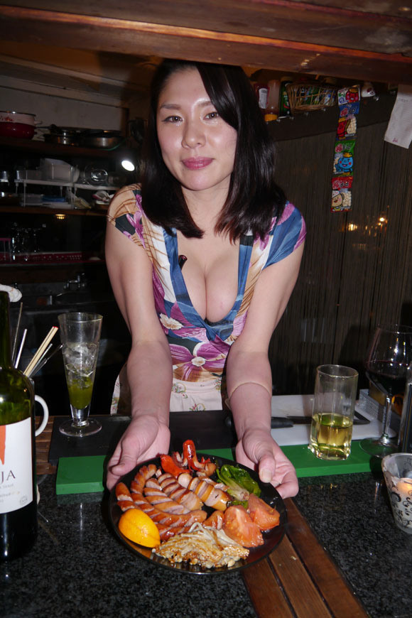 Makan Ramen Dapat Buah Dada Hanya di Tokyo Bar