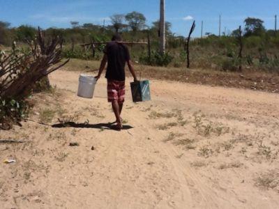 http://2.bp.blogspot.com/-ONCTrzXq600/UB_QP7Z6ZPI/AAAAAAAAP0A/OMJqGHqpkNc/s1600/seca-no-sertao-falta-d-agua-padre-djacy-brasileiro+(1)_1.jpg