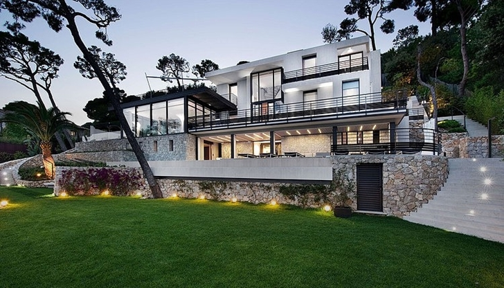 Modern Bayview Villa In French Riviera from the backyard