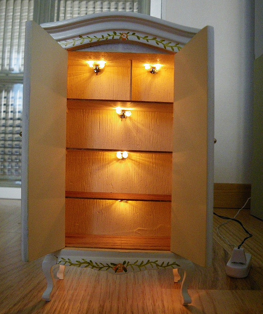 Tarja39s crafts dollhouse for a dollhouse with working lights for Doll house lighting