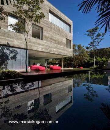 Piscina exterior en la Casa Cubo de Marcio Kogan - Brasil