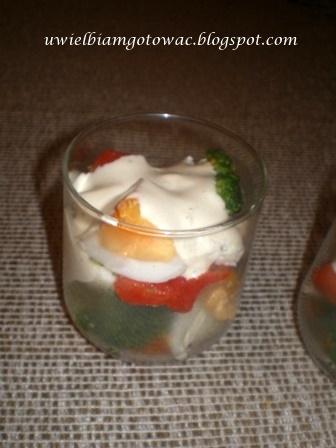 Sałatka imprezowa w szklaneczkach