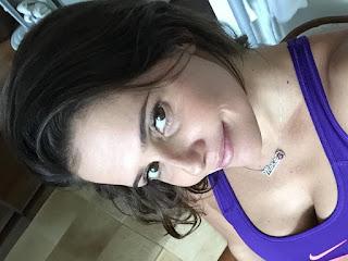 Deborah Secco exibe boa forma dua semanas após dar a luz