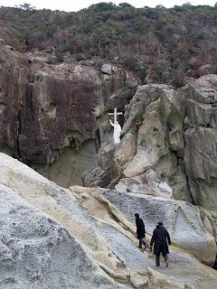 Gruta perto de Nagasaki, sobre o mar.  Os católicos reunidos foram pegos e martirizados