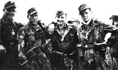 Les tenues allemandes en camouflage italien. SS-Panzergrenadier-Regiment+25+award+ceremony