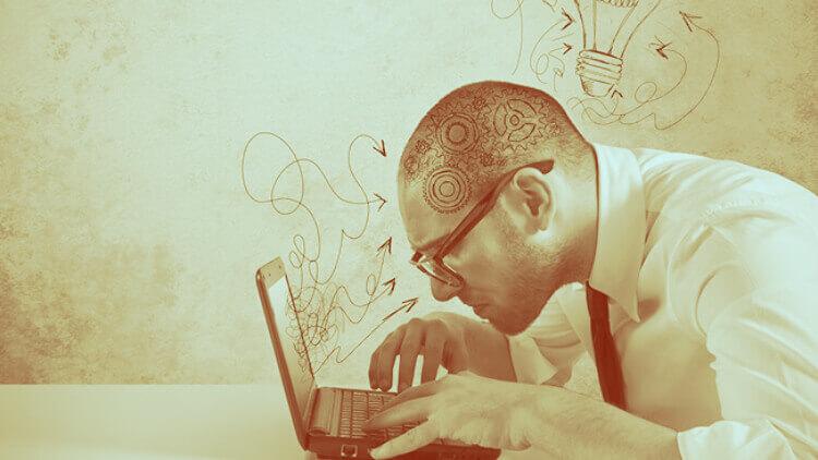 Imagem de um homem escrevendo no seu netbook. Parece que ele está com dificuldade em saber o que escrever. Isso acontece muitas vezes com os blogueiros.
