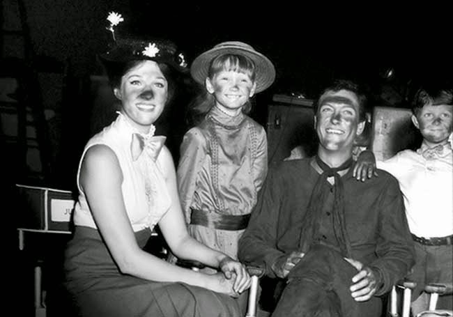 "Julie Andrews, Karen Dotrice, Dick Van Dyke e Matthew Garber in una pausa discografica di ""Mary Poppins"" (1964)"