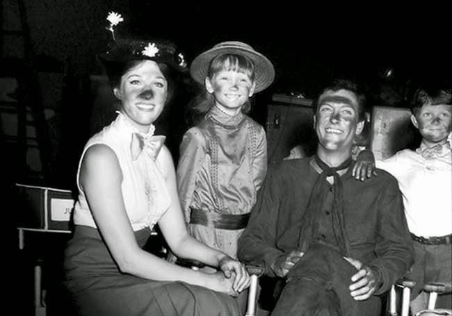 "Julie Andrews, Karen Dotrice, Dick Van Dyke y Matthew Garber en un descanso de grabación de ""Mary Poppins"" (1964)"