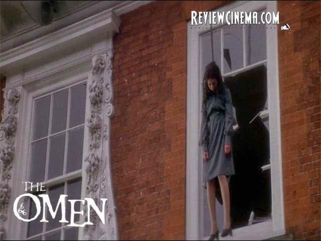 """<img src=""""The Omen.jpg"""" alt=""""The Omen Holly menggantung lehernya dan melompat dari atas rumah"""">"""