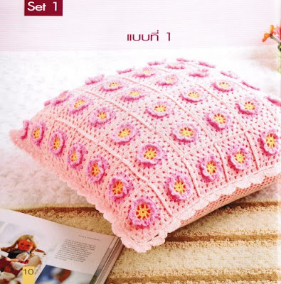 Almofada em crochet com squares de flores