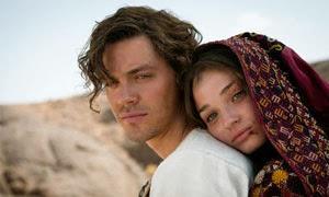 Tom Payne y Emma Rigby en El médico