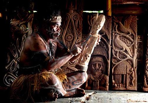 Kerajinan Patung Kayu Suku Asmat Papua