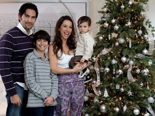 Claudia Lizaldi con su familia